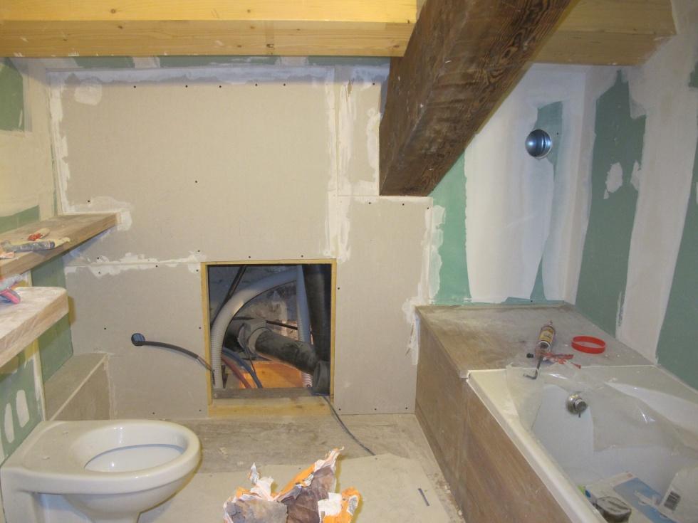 Fermeture de la dernière cloison en suspend dans la salle de bain où